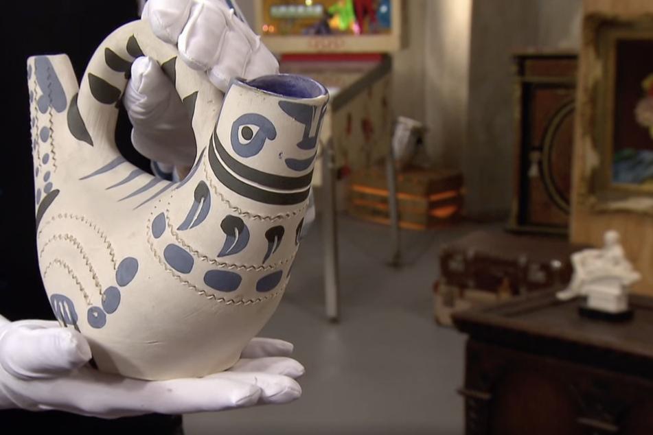 Der Krug und seine Malereien wurden vom spanischen Künstler Pablo Picasso in Frankreich entworfen.