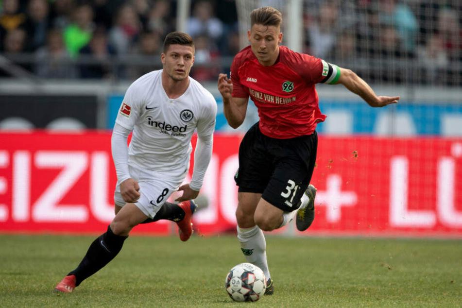 Bundesliga-Toptorjäger Luka Jovic (Li.) im Laufduell mit Hannovers Waldemar Anton.