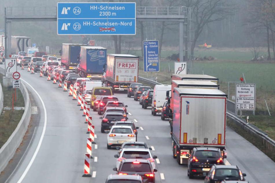 Der Verkehr auf der A7 bei Schnelsen staute sich am Freitagmorgen auf mehr als zehn Kilometern.