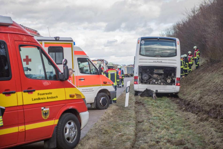 Rettungskräfte vor Ort an der Unfallstelle.