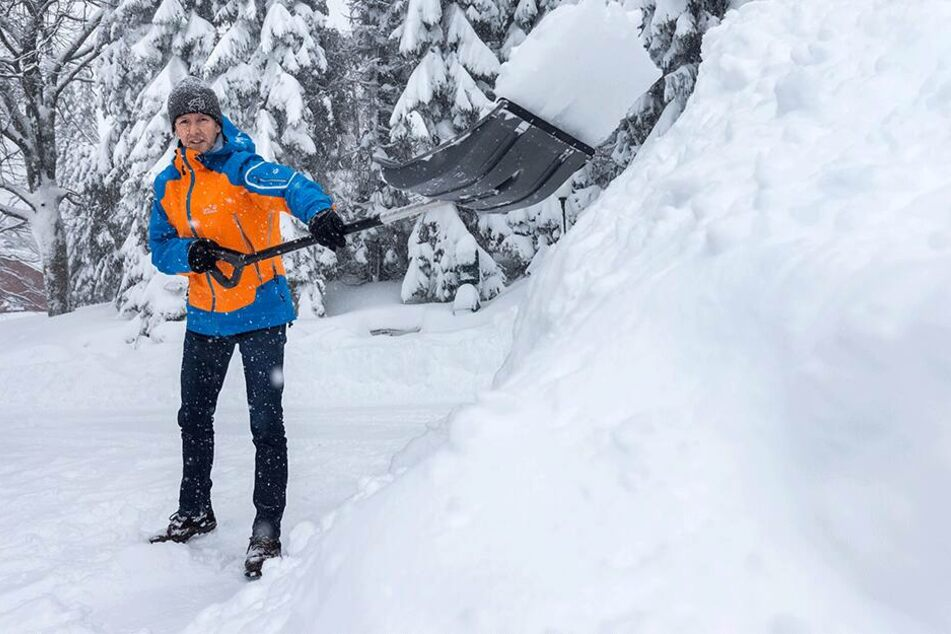 Skisprunglegende und Hotelier Jens Weißflog (54) schippt den Parkplatz seines Hotels heute selbst frei.