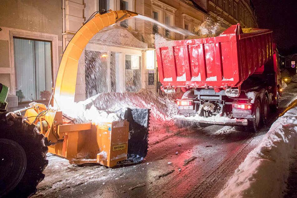 Meterhohe Schneeberge in Sachsen: Hier werden die Massen jetzt abtransportiert