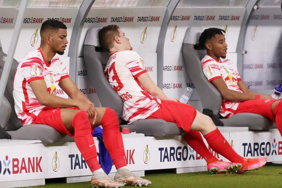 Ihnen ist der Frust anzusehen: Benjamin Henrichs (24), Marcel Halstenberg (29) und Christopher Nkunku (23, v.l.n.r.) nach dem verlorenen Pokalfinale gegen Dortmund.