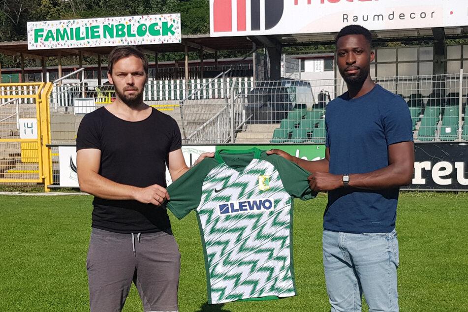 Sportdirektor Andy Müller-Papra begrüßt Stephané Mvibudulu in Leutzsch.