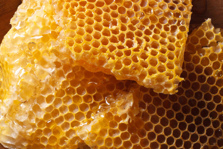 Neben den Honigwaben fanden die Ermittler auch Teppiche, Uhren und Bekleidung. (Symbolbild)