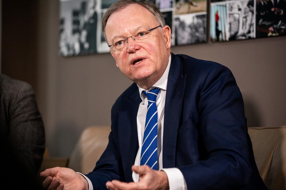 Niedersachsens Ministerpräsident Stephan Weil rechnet mit noch lang anhaltenden harten Zeiten angesichts der Corona-Pandemie.