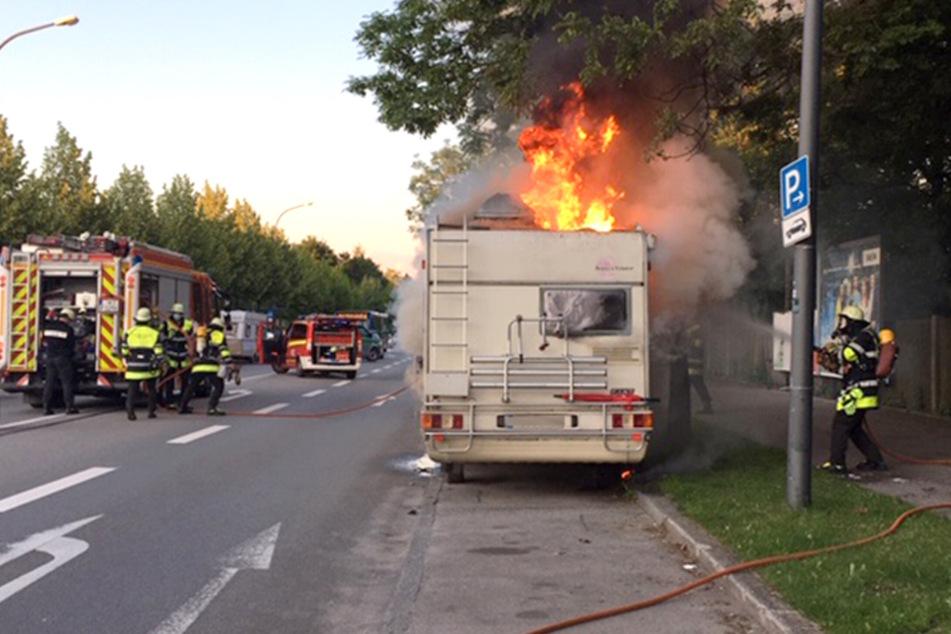 München: München: Wohnmobil geht in Flammen auf!