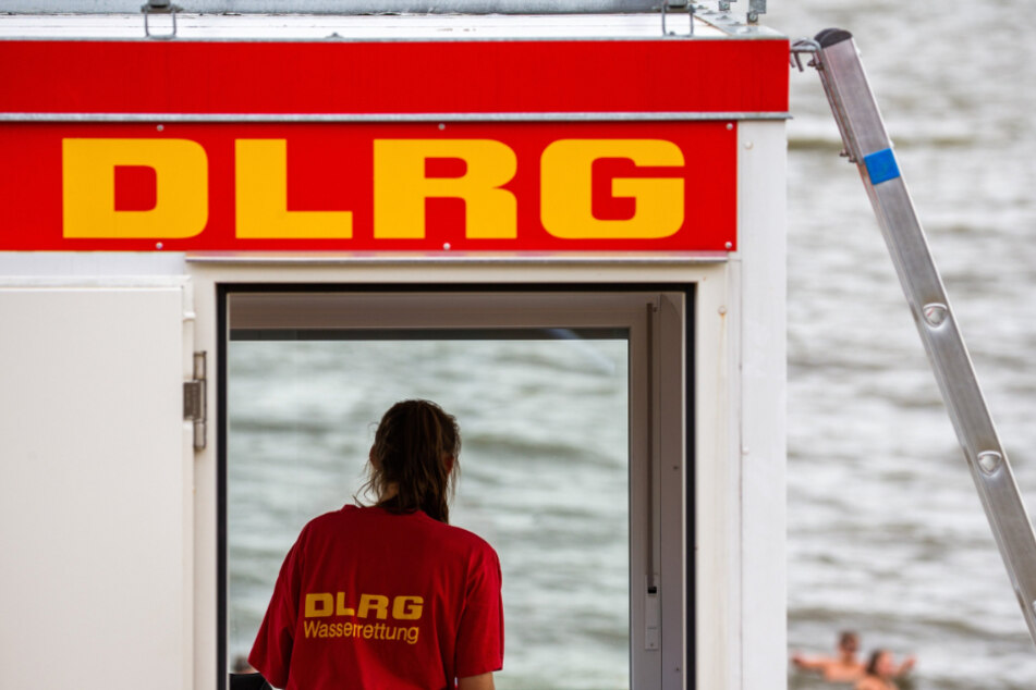 Eine Rettungsschwimmerin steht auf einem DLRG-Turm. (Archivbild)