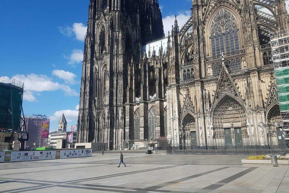 Im Bereich rund um den Kölner Dom waren am Samstagvormittag kaum Menschen unterwegs.