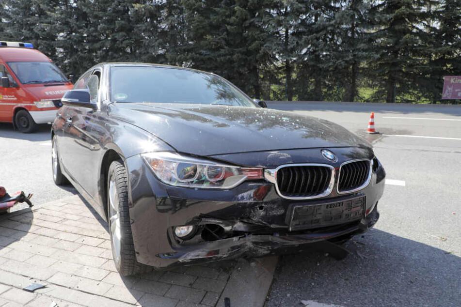 Der BMW wurde bei dem Unfall schwer demoliert.
