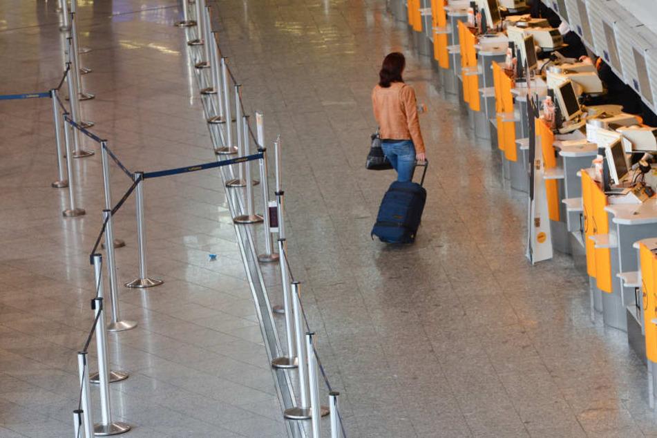 Die Schalter am Flughafen bleiben am Dienstag weitestgehend leer. (Symbolbild)