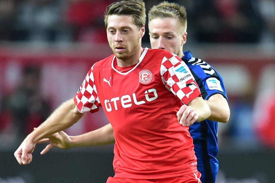 Andreas Lambertz im Trikot von Fortuna Düsseldorf vor dem Fürther Marco Stiepermann am Ball.