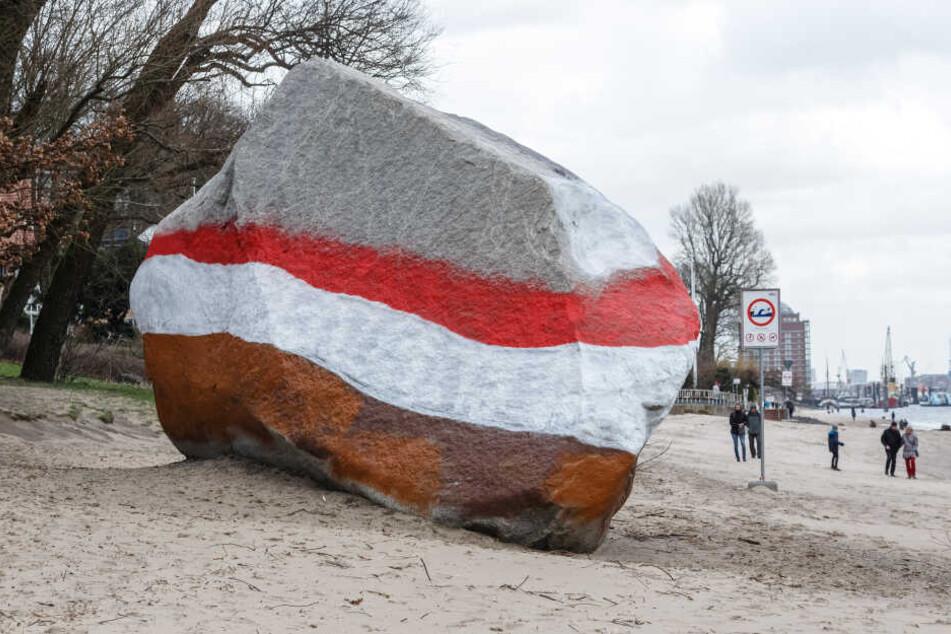 """Der Findling """"Alter Schwede"""" am Elbstrand wurde in der Nacht offenbar von St. Pauli-Fans angestrichen."""