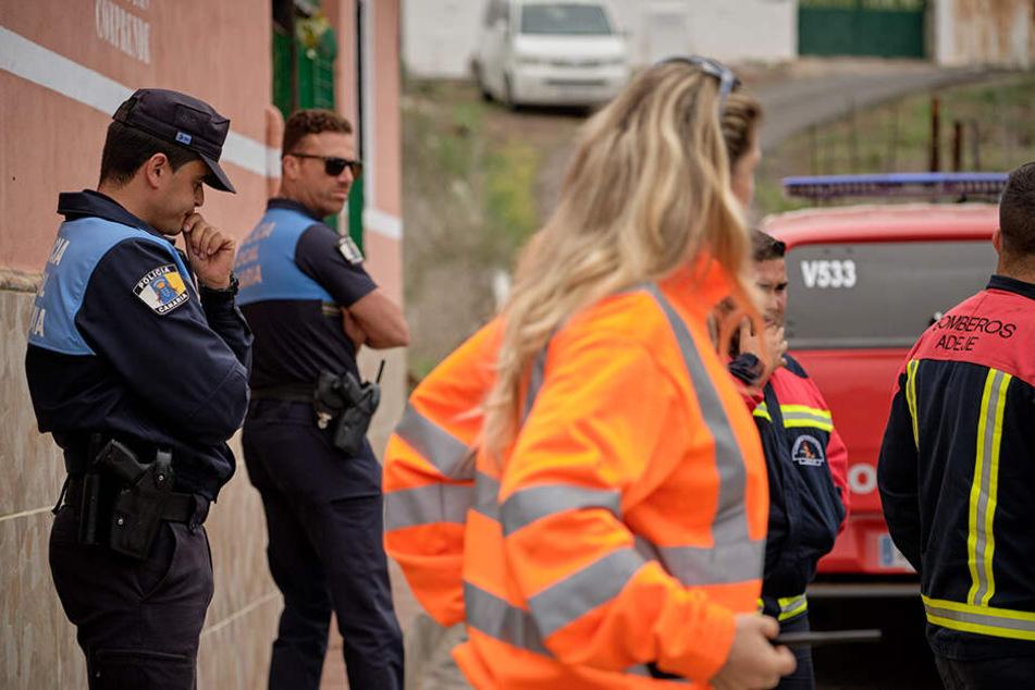 Polizisten und Mitglieder der Feuerwehr suchten nach Mutter und Sohn.