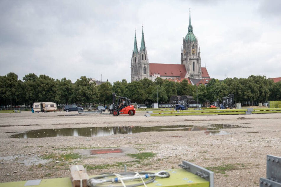 34-Jährige radelt über die Theresienwiese, plötzlich ergreift sie eine Männer-Gruppe!