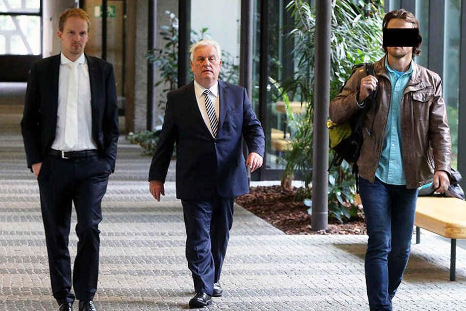 Der angeklagte Polizist (rechts) und seine Anwälte.