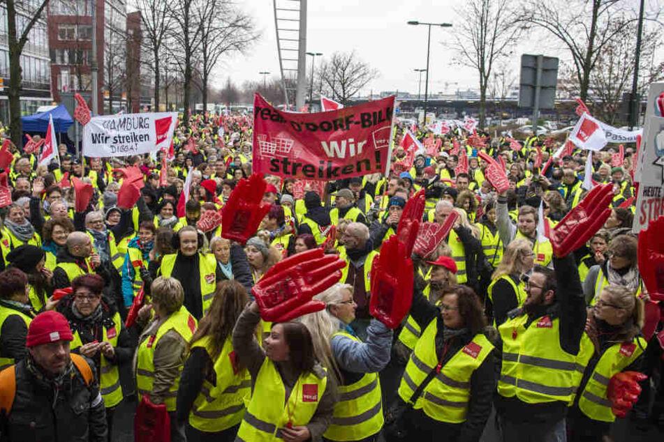 Etwa 3000 Menschen streiken vor der Real-Zentrale in Düsseldorf.