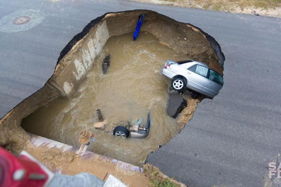 Plötzlich reißt die Straße die Straße auf! Zwei Autos stürzen in die Tiefe.