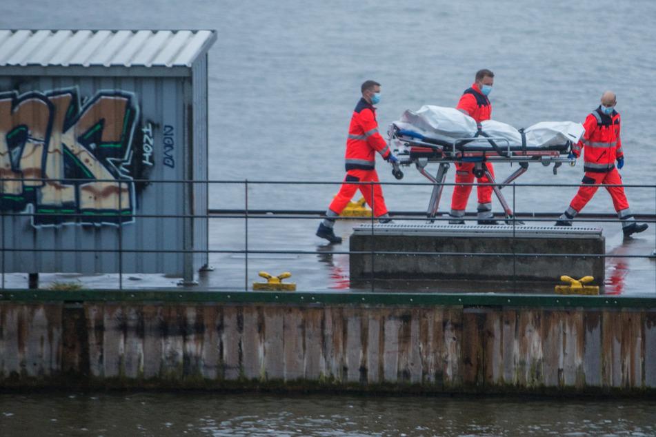 Die Besatzung eines Motorbootes entdeckte die Wasserleiche am Montag in der Elbe.