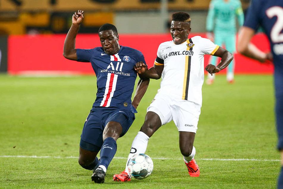 Dynamo-Angreifer Moussa Koné (r.) hat sich beim Freundschaftsspiel gegen Paris Saint-Germain eine Knieverletzung zugezogen.