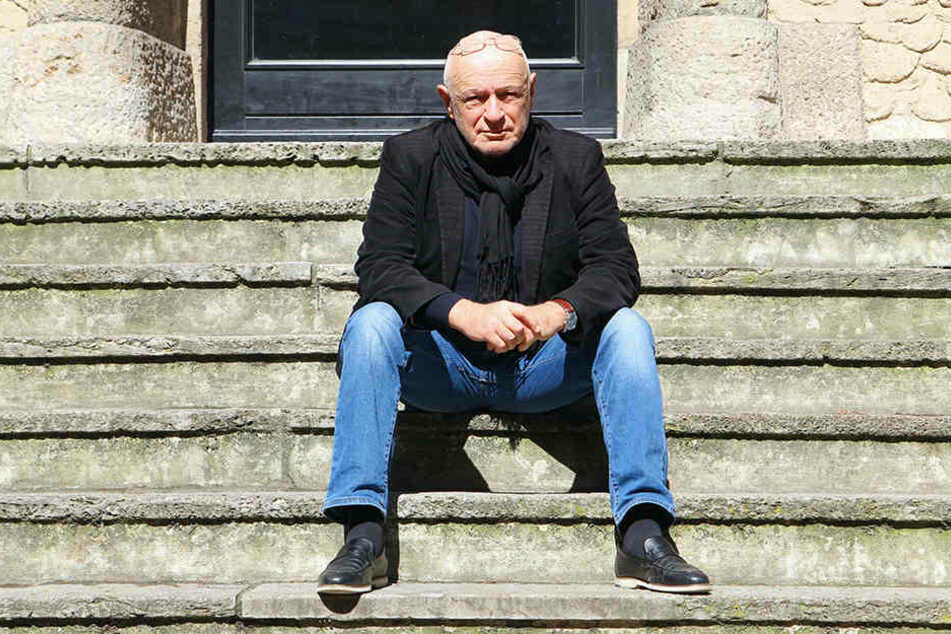 Küf Kaufmann (70) auf den Treppen des Ariowitsch-Hauses, dem jüdischen Kulturzentrum Leipzigs. Der Vorsitzende der Israelitischen Gemeinde ist in Leipzig auch als Buchautor, Regisseur und Kabarettist bekannt.