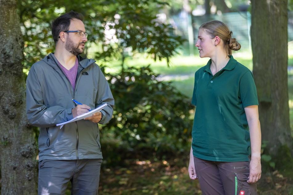 Neue Auszubildende unter sich: Sara Grundmann (24) vom Tierpark im Gespräch mit Volontär Robert Preuße (32).