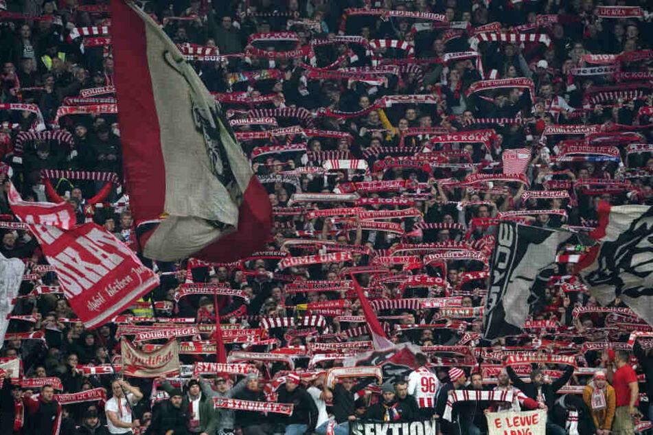 Die Kölner Fans bejubelten ihre Mannschaft nach dem Auswärtssieg.