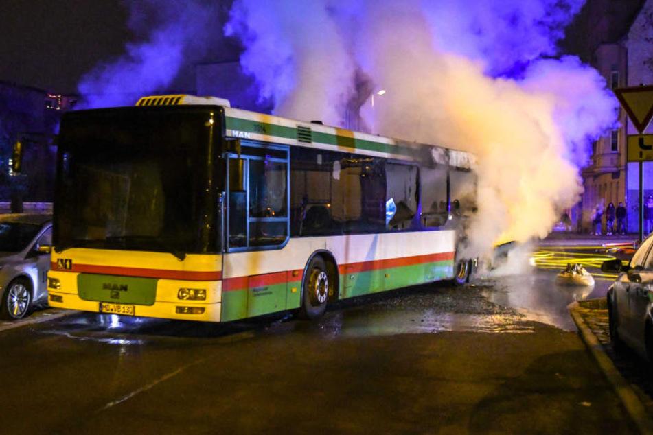Linienbus fängt während der Fahrt Feuer: Totalschaden
