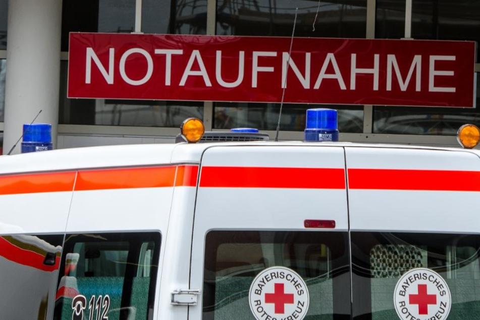 Auf der A4 wurde eine 22-jährige so schwer verletzt, dass sie umgehend in ein Krankenhaus gebracht wurde. (Symbolbild)