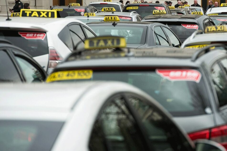 Ein Rentner ließ ein kleines Vermögen in einem Taxi liegen.