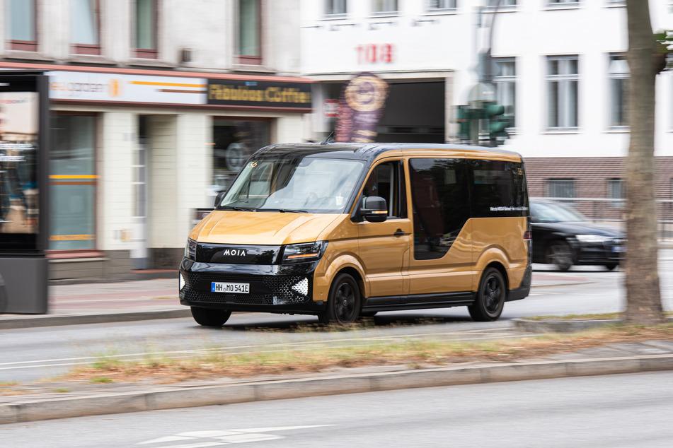 Ein Fahrzeug des VW-Fahrdienstes Moia fährt auf einer Straße.