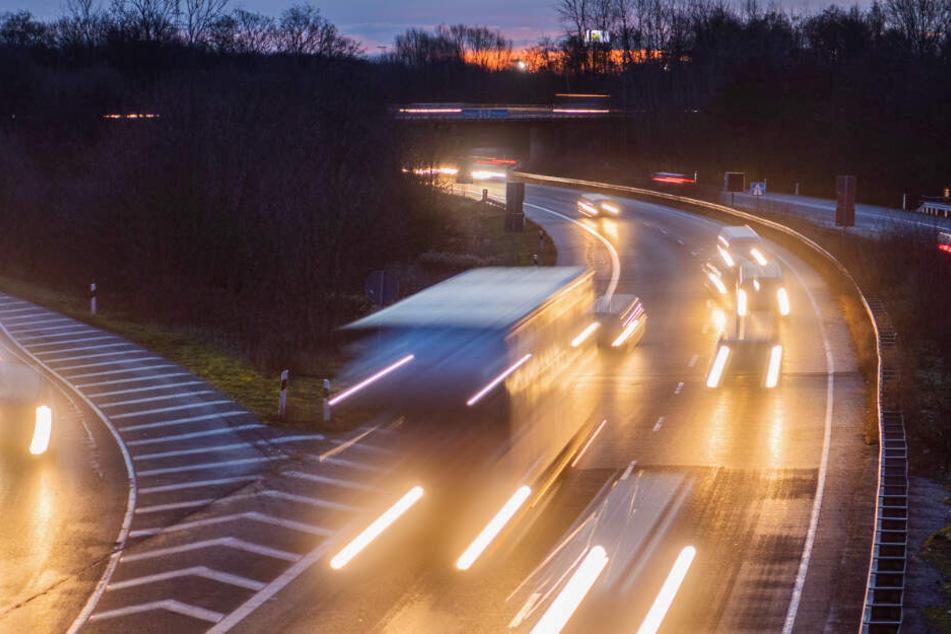 Mercedes-Fahrer rast mit 200 Sachen und auf Drogen über Bundesstraße, dann flüchtet er vor der Polizei