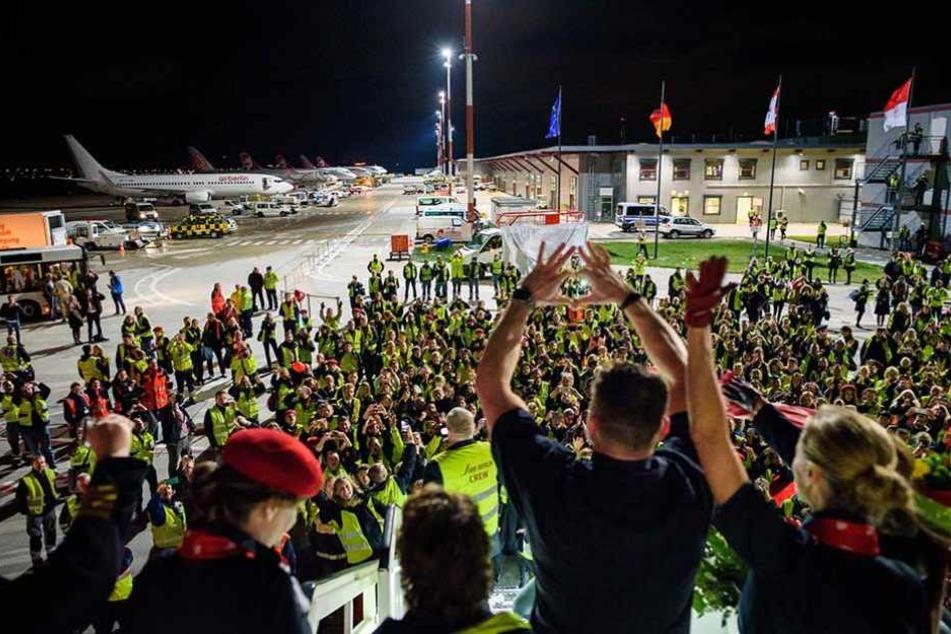 Unzählige Mitarbeiter des Flughafens Tegel waren extra gekommen, um Air Berlin zu verabschieden.