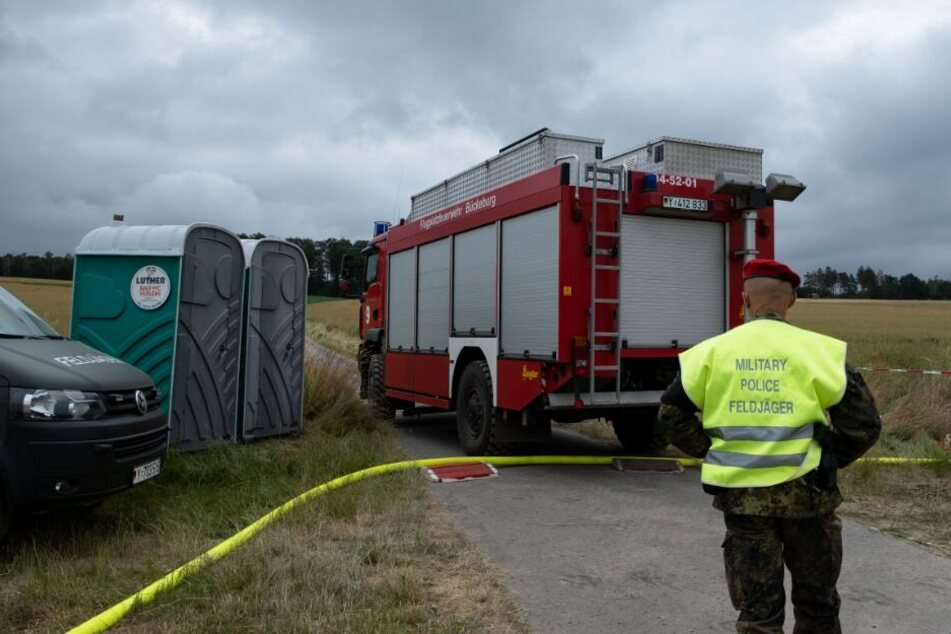 Die Feldjäger sicherten das Gebiet und ließen nur die Feuerwehr durch.