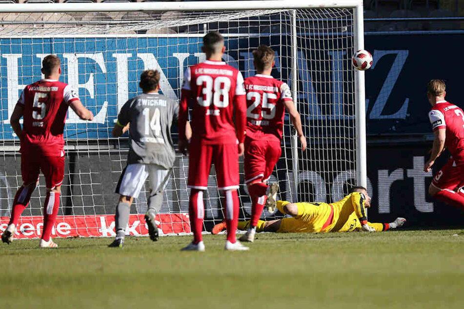 Johannes Brinkies hielt in der Nachspielzeit der ersten Halbzeit den Elfmeter von Janek Sternberg.