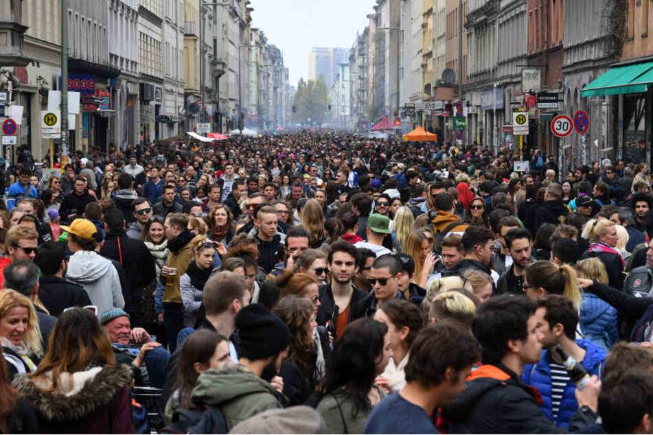 """Zahlreiche Menschen feiern in Kreuzberg beim """"Myfest"""" den 1. Mai."""
