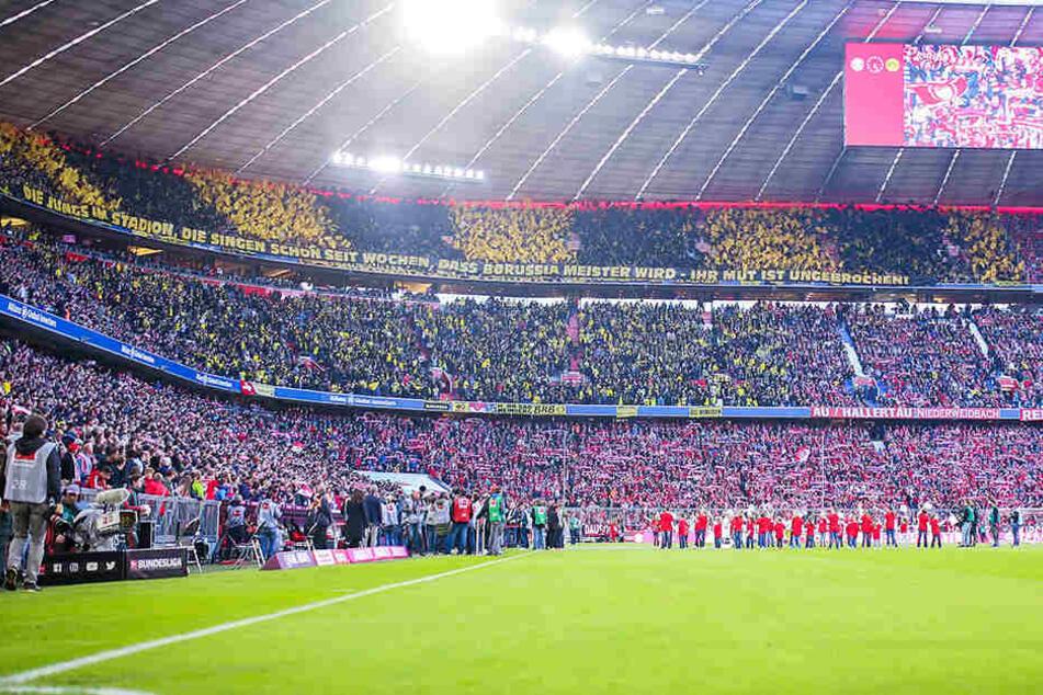Bayern- und Dortmund-Fans mit einer Choreografie vor dem Anpfiff des Bundesliga-Top-Spiels.