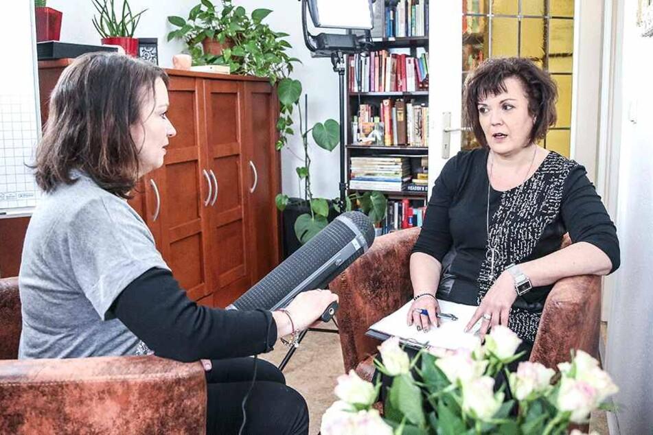 """Redakteurin Kristina Nordheim (46, l.) interviewt Therapeutin Regine Wacker (47) für """"MDR um 11""""."""