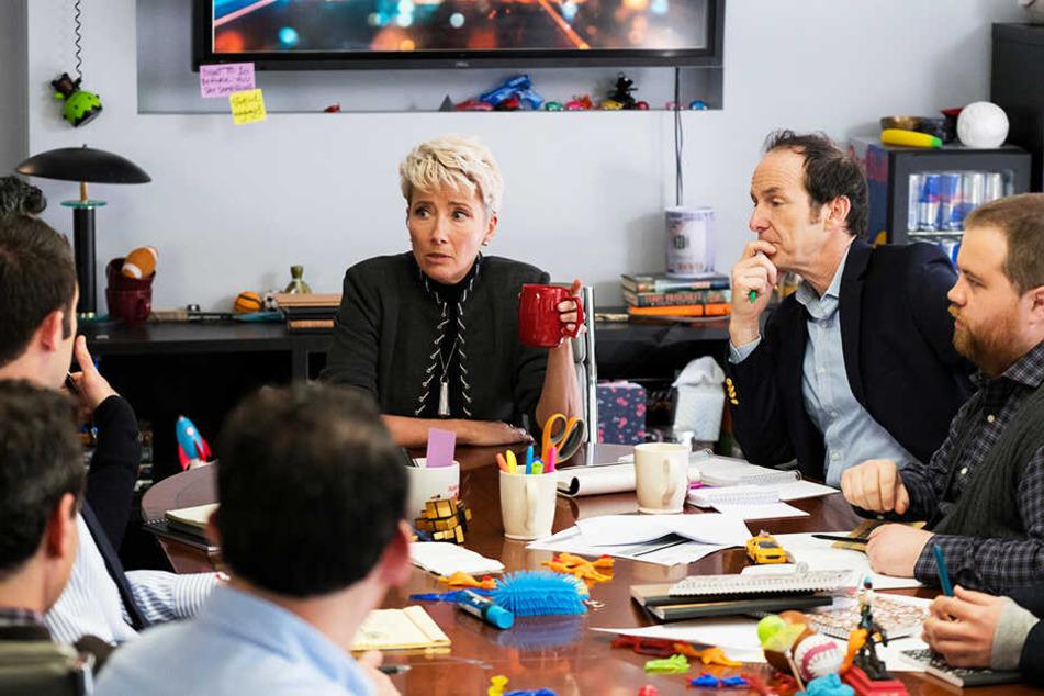 Kathrine Newbury (Emma Thompson) drängt Brad (Zweiter von rechts, Denis O'Hare) dazu, eine Frau einzustellen. Denn in ihrem Autorenteam befinden sich nur weiße Männer!