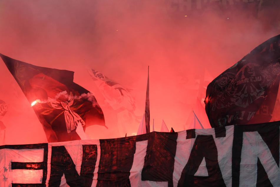 Der Eintracht-Anhänger verursachte einen Totalschaden am Wagen der Kölner. (Symbolbild)