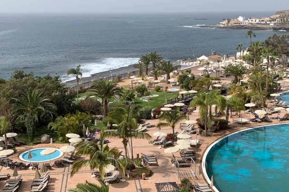 Am Pool des Hotels H10 Costa Adeje Palace herrscht gähnende Leere.