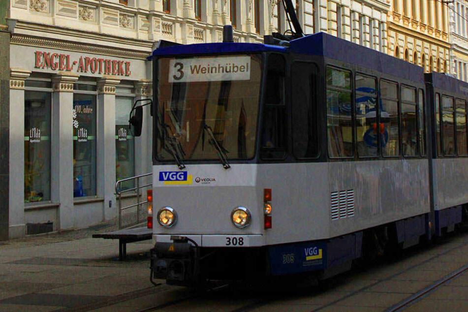 Zwei Personen wurden trotz gültigen Fahrscheins aus einer Straßenbahn geworfen.