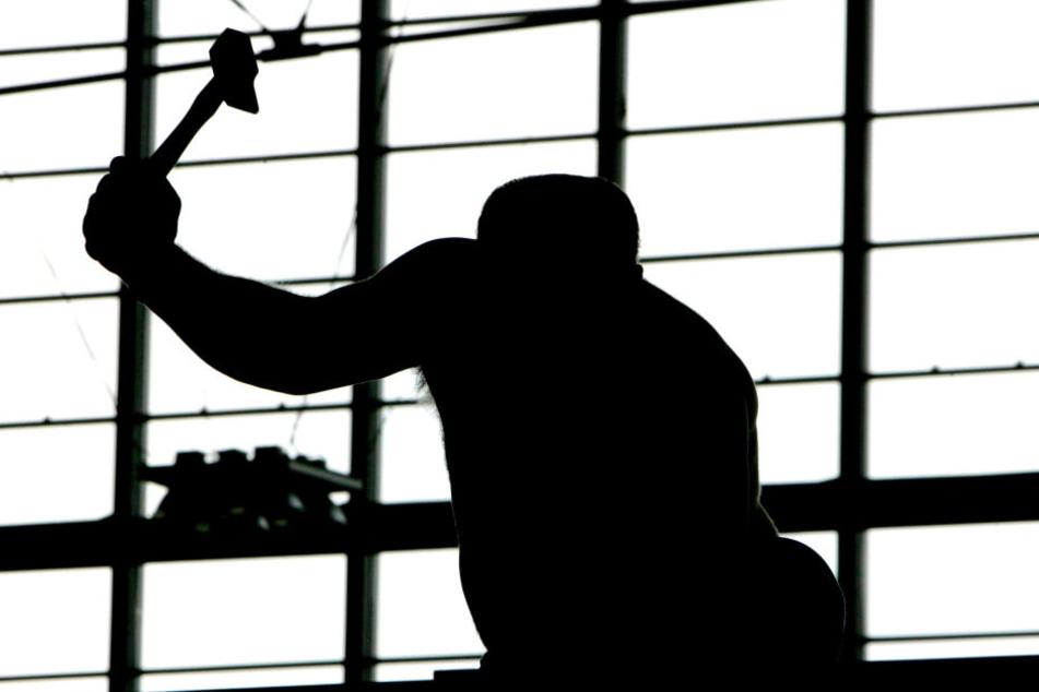Der Mann schlug mehrfach mit dem Hammer auf seinen Gegenüber ein. (Symbolbild)