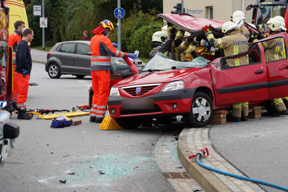 Das Dach des Dacia musste von der Feuerwehr abgeschnitten werden.