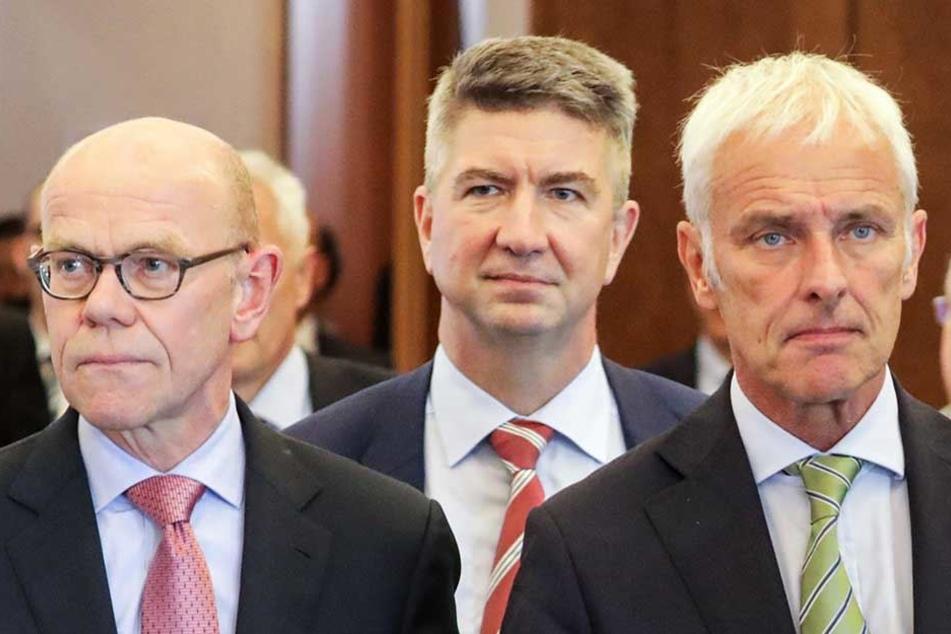 Der VW-Generalbevollmächtigte Thomas Steg (l-r), Ulrich Eichhorn, Leiter des Konzernbereichs Forschung und Entwicklung und der VW-Vorstandsvorsitzende Matthias Müller.