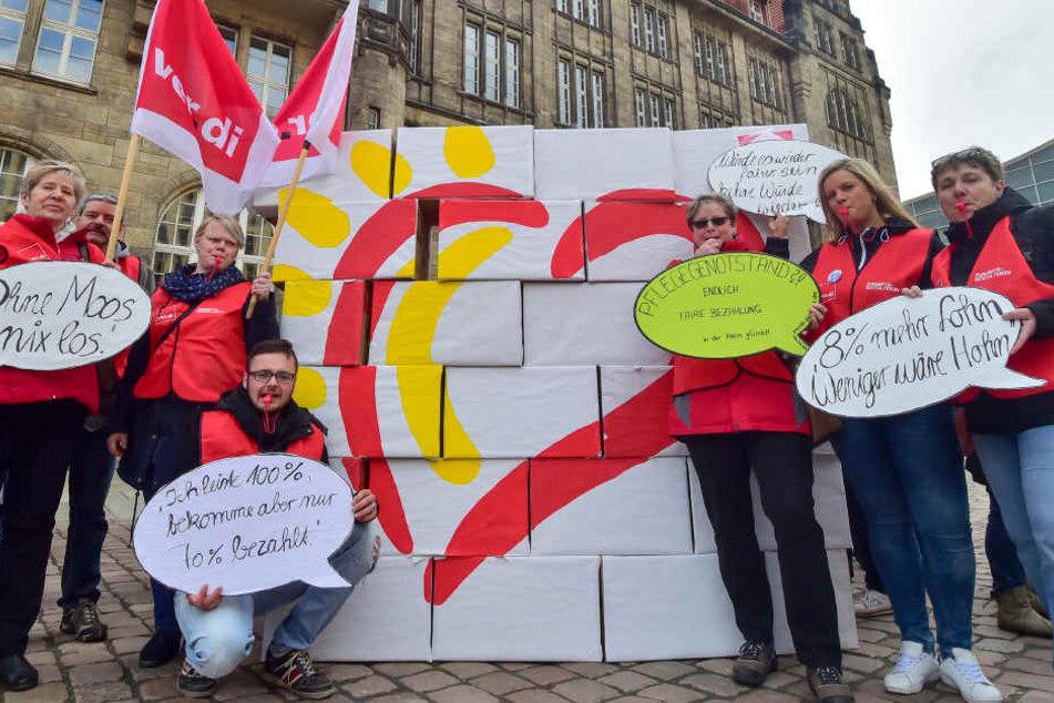 Mitarbeiter der Heim gGmbH  demonstrierten vor dem Rathaus für einen Tarifvertrag.