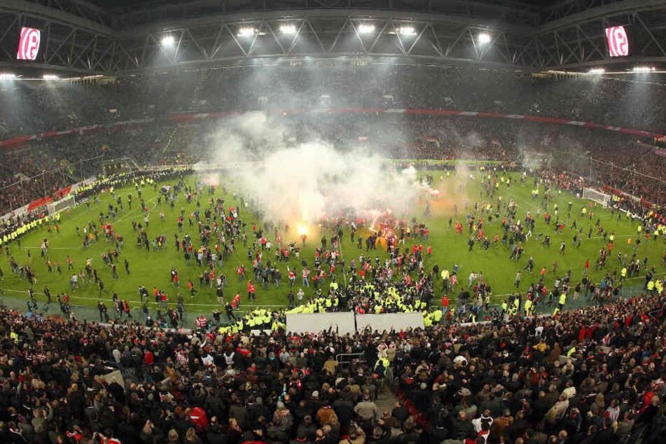 Fortuna-Fans stürmten den Platz, als das Spiel noch lief.