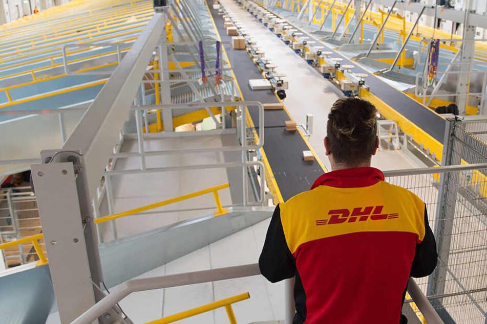 DHL Leipzig hat der Servicefirma des mutmaßlichen Paket-Diebes nach eigenen Angaben gekündigt (Symbolbild).