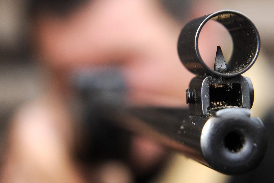 Streit nach Feier eskaliert: Mann mit manipuliertem Gewehr angeschossen