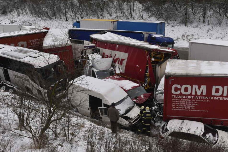 Rund 30 Fahrzeuge waren in den heftigen Unfall verwickelt.